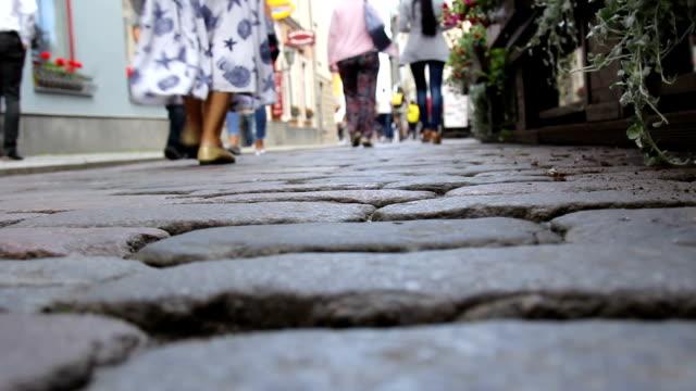 vídeos y material grabado en eventos de stock de calle adoquinada. personas de la multitud al fondo caminando en la calle - villa asentamiento humano