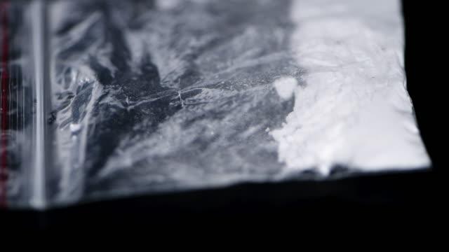 stockvideo's en b-roll-footage met cocaïne op een donkere plaat (naadloze loopable) - amfetamine