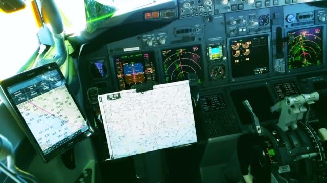 Cockpit eines Flugzeugs während der Kreuzfahrt – Video