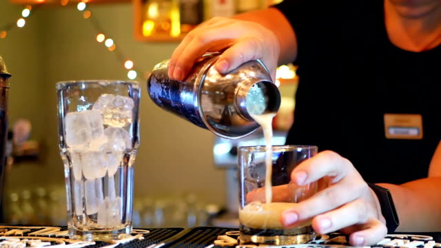 cocktail-bar shaker - tropischer cocktail stock-videos und b-roll-filmmaterial