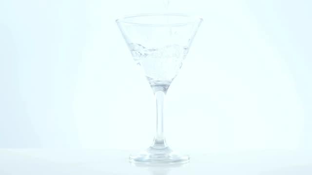 stockvideo's en b-roll-footage met cocktail wordt gegoten in het glas - martiniglas