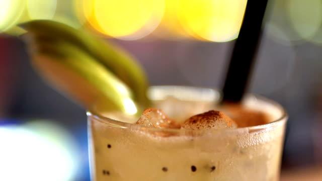 cocktail närbild - kiwifrukt bildbanksvideor och videomaterial från bakom kulisserna