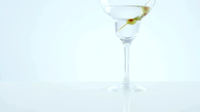 stockvideo's en b-roll-footage met cocktailglas met olijf stok - martiniglas