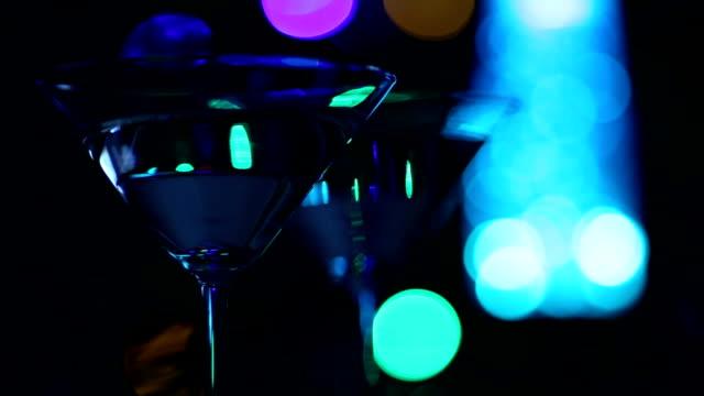 stockvideo's en b-roll-footage met cocktail in nightclub - martiniglas