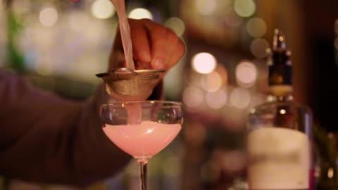 vidéos et rushes de fabrication de cocktail - bar