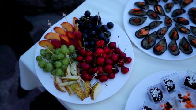 vídeos de stock, filmes e b-roll de coquetel de comida - festas no escritório