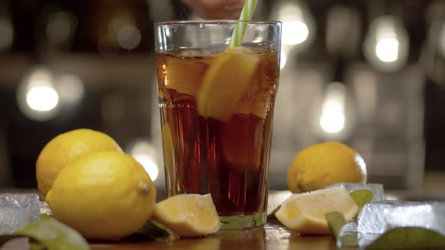vídeos de stock, filmes e b-roll de coquetel mexendo no vidro - tea drinks