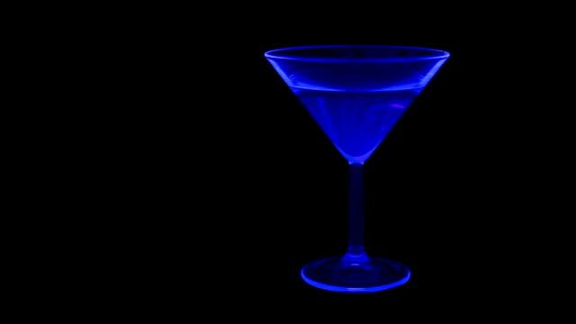stockvideo's en b-roll-footage met cocktail - martiniglas