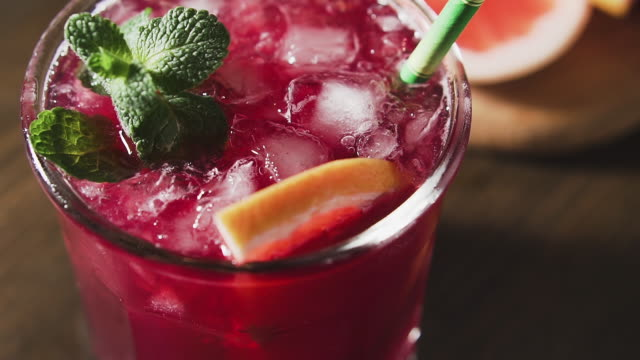 cocktail with grapefruit, mint and ice, cran shot, close up. - disintossicazione video stock e b–roll