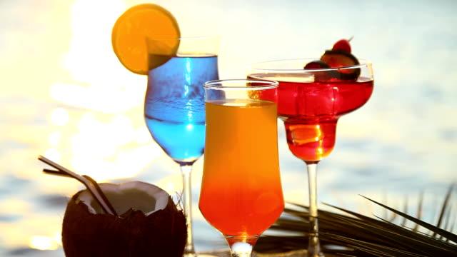 cocktails im sonnenuntergang - tropischer cocktail stock-videos und b-roll-filmmaterial