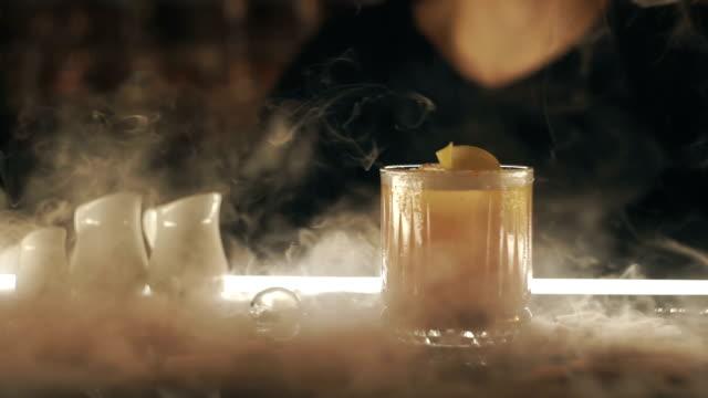 stockvideo's en b-roll-footage met cocktails met droogijs op de bar - martiniglas