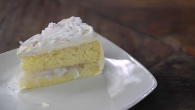 hindistan cevizli kek - kek dilimi stok videoları ve detay görüntü çekimi