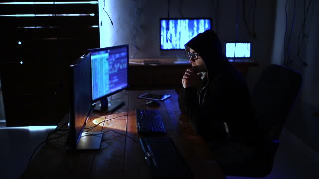vídeos de stock, filmes e b-roll de codificador trabalhando tarde da noite - sérvia