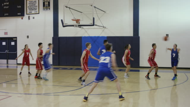 Co-ed High School Basketball-Spieler konkurrieren in einem Spiel – Video