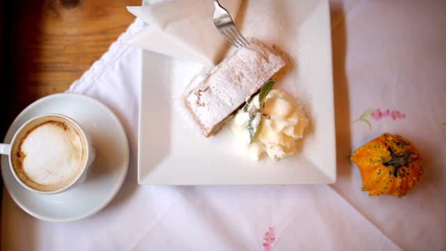 vidéos et rushes de café et tarte aux pommes avec glace vanille à prague - pâtisseries et feuilletés