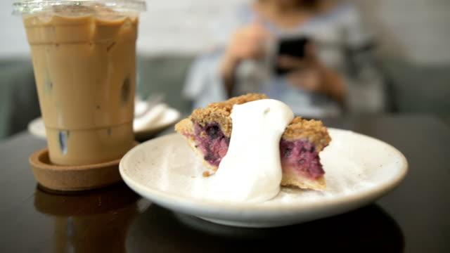 cu: kaffe och blueberry cheesecake i ett café - iskaffe bildbanksvideor och videomaterial från bakom kulisserna