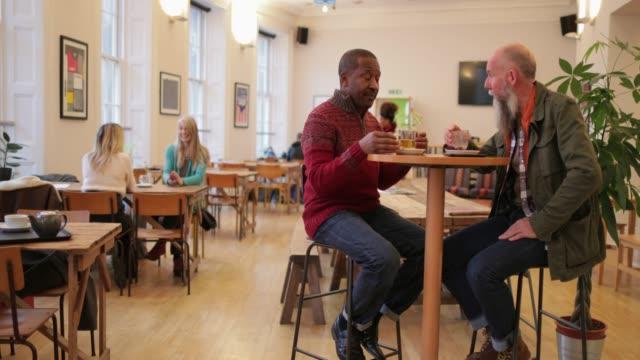 コーヒーと会話 - カフェ文化点の映像素材/bロール