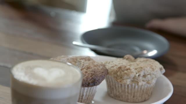 kaffee und muffins - milchkaffee stock-videos und b-roll-filmmaterial