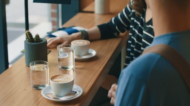kaffee und wasser im stadt-café - cafe stock-videos und b-roll-filmmaterial