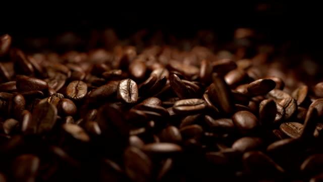 kaffeebohnen fallen kommerzielle - rohe kaffeebohne stock-videos und b-roll-filmmaterial