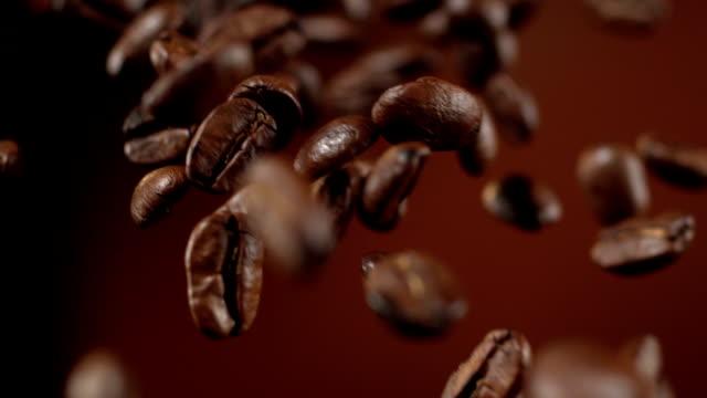 kaffeebohnen, die herunterfallen - geröstete kaffeebohne stock-videos und b-roll-filmmaterial