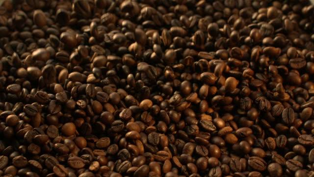 Kaffeebohnen fliegt in Zeitlupe 1500 fps – Video