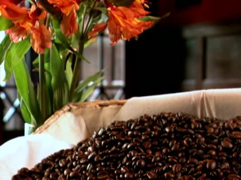 kaffeebohnen in basket - schwarzer kaffee stock-videos und b-roll-filmmaterial