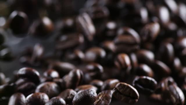 vídeos de stock e filmes b-roll de coffee beans in the air macro shot in slowmotion - café gelado