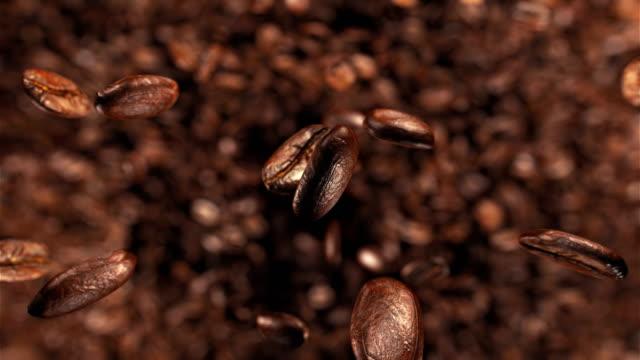 kaffeebohnen, die springen in super-slow-motion 4k - rohe kaffeebohne stock-videos und b-roll-filmmaterial