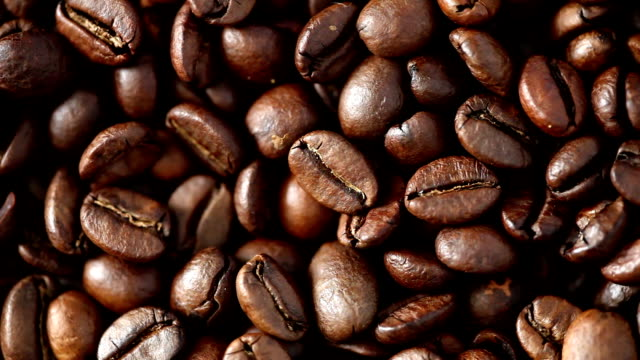 kaffeebohnen auf plattenspieler - 2 videoclips (full hd) - rohe kaffeebohne stock-videos und b-roll-filmmaterial