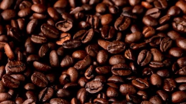 kaffeebohnen drehen - schwarzer kaffee stock-videos und b-roll-filmmaterial
