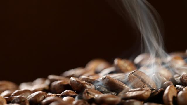 kaffee kaffeebohnen - gebraten oder geröstet stock-videos und b-roll-filmmaterial