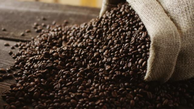 stockvideo's en b-roll-footage met koffiebonen - tas