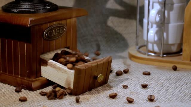vídeos de stock e filmes b-roll de grãos de café - coração fraco