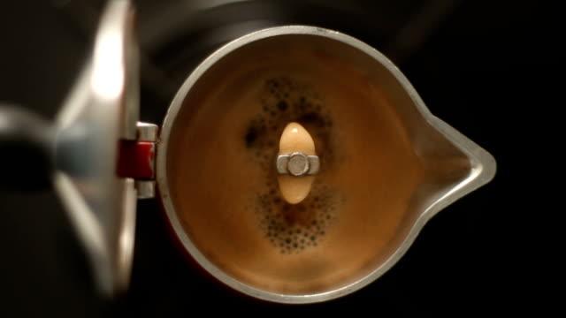 coffee boiling fom italian coffe maker moka pot - argento metallo caffettiera video stock e b–roll
