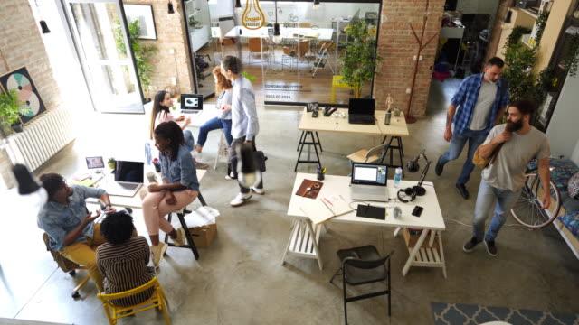 kaffeepause im komfortablen büro, einige mitarbeiter kommen zur arbeit - freischaffender stock-videos und b-roll-filmmaterial