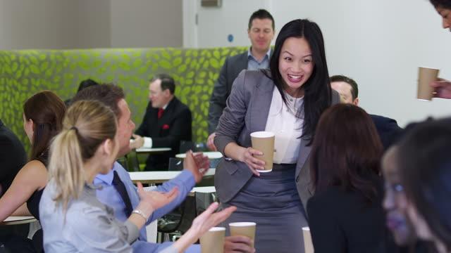 コーヒーブレークのミーティング - お茶の時間点の映像素材/bロール