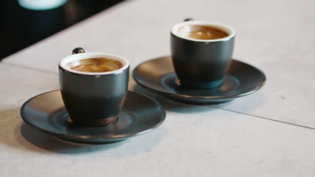 coffee break - due oggetti video stock e b–roll