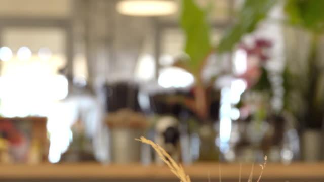 vídeos de stock e filmes b-roll de 4k: coffee cafe scene, blur shot - living room background