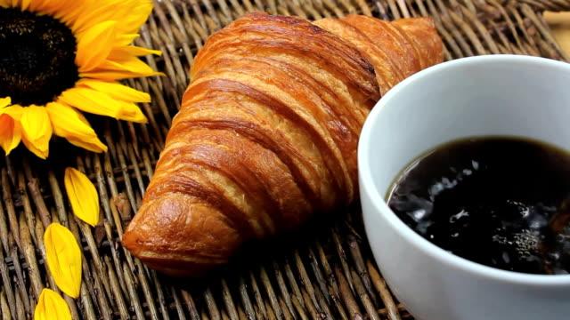 kawa śniadanie rogalik - taca filmów i materiałów b-roll