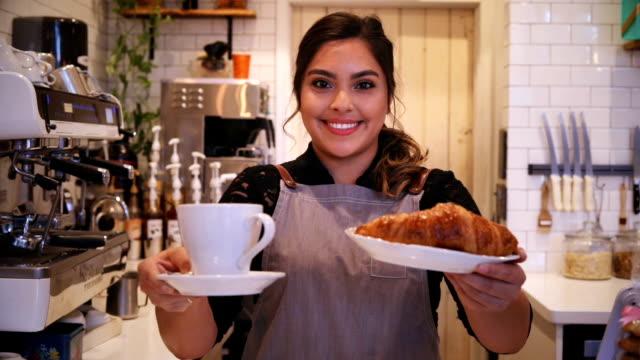 stockvideo's en b-roll-footage met koffie & croissant - bakery