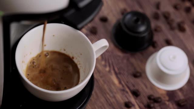 vídeos y material grabado en eventos de stock de taza de café y cápsulas sobre una rústica mesa de madera - cápsula