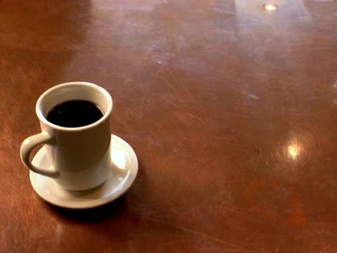 vídeos y material grabado en eventos de stock de taza de café y platillo en cobre contador - café negro