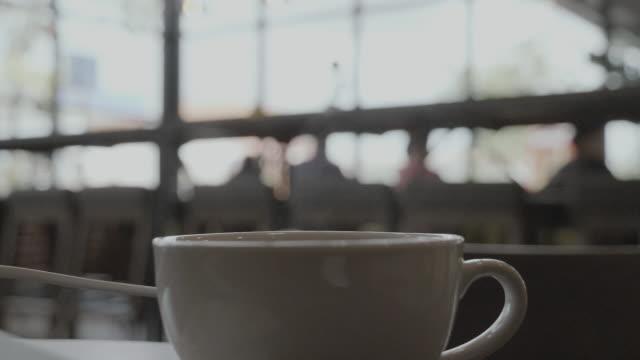 vídeos de stock e filmes b-roll de slo mo: coffee cup during coffee break. - coffee table