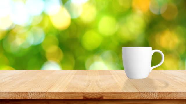 ロブスタ コーヒー生豆ファームでテーブルの上のコーヒー カップ。 - 木目点の映像素材/bロール