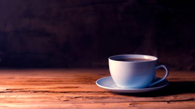 kaffeetasse auf holztisch - kaffeetasse stock-videos und b-roll-filmmaterial