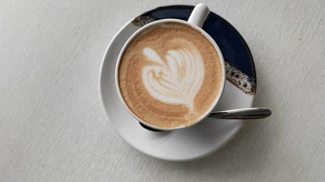 kaffeetasse mit latte art herzen - cappuccino stock-videos und b-roll-filmmaterial