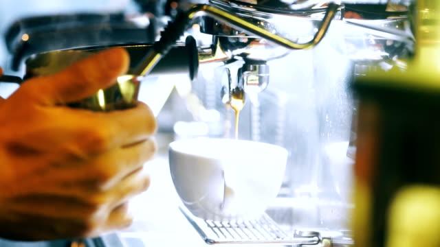 Café de máquina en copa por un Barista. - vídeo