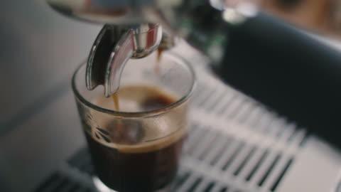 vídeos y material grabado en eventos de stock de café de máquina en taza. - construir
