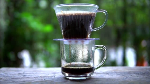 vídeos de stock e filmes b-roll de coffee drop in to cup of coffee - coffee table